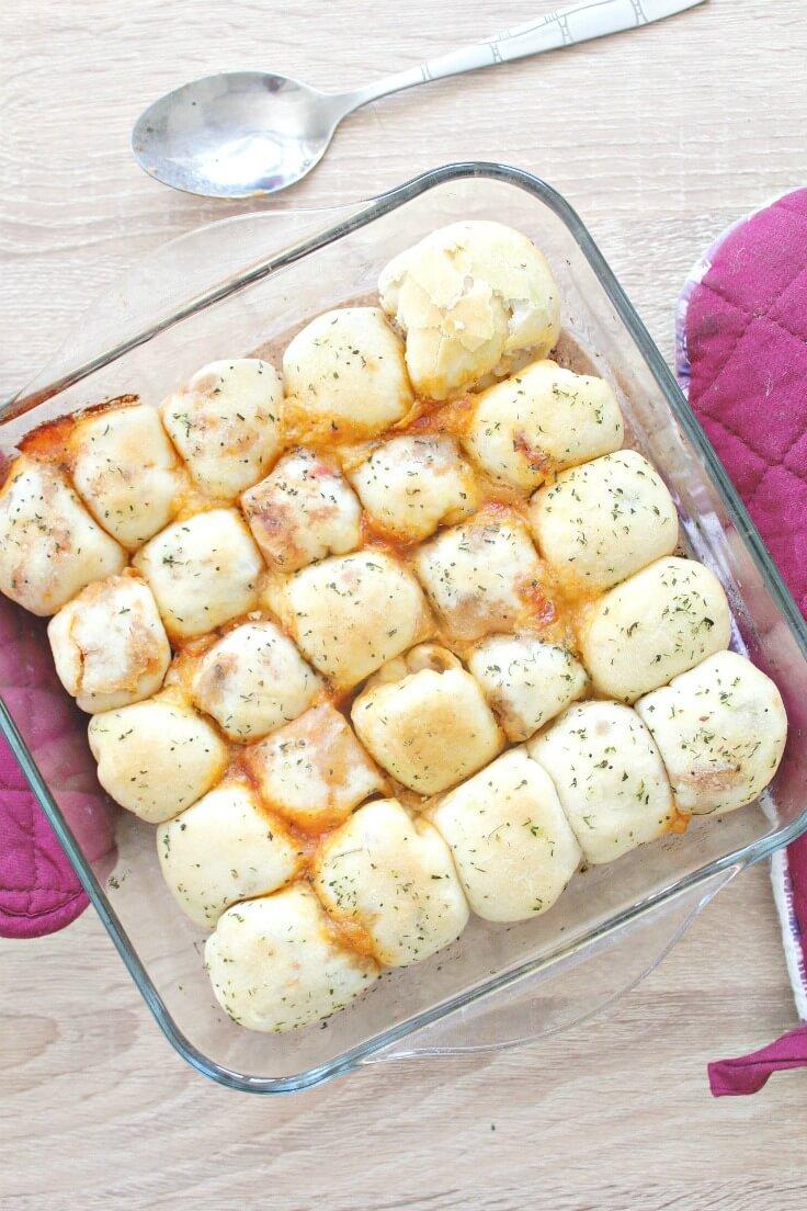 Chifle pufoase, umplute cu ingrediente de pizza si coapte in cuptor, in vas de stical termorezistent